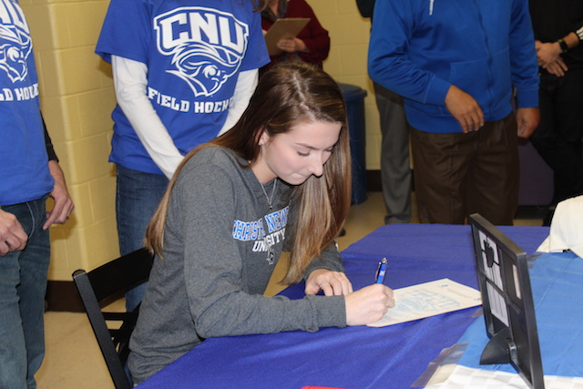 Sarah Coon signing her letter of intent